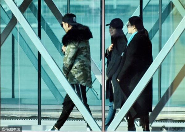 ...các fan dễ dàngnhận ra sự hòa thuận của cặp đôi cũng như liên tưởng ra nét mặt ân cần, chăm chú mà Huỳnh Hiểu Minh dành cho vợ.