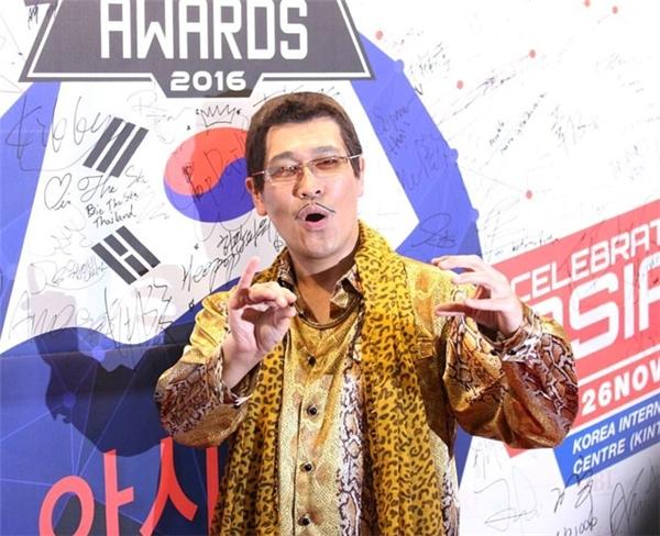 Chủ nhân của hit PPAP Pineapple Pen Apple Pen - nghệ sĩ hài người Nhật Piko Taro nhắng nhít trên thảm đỏ. Piko tạo nên trào lưu trên nhiều mạng xã hội và có khả năng nhận giải tại WebTV Asia Awards 2016. - Tin sao Viet - Tin tuc sao Viet - Scandal sao Viet - Tin tuc cua Sao - Tin cua Sao