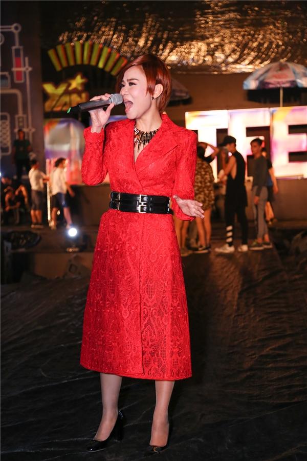 Thu Minh diện đầm đỏ nội bật, xuất hiện tại sân khấu tổng duyệt YAN Beatfest 2016. - Tin sao Viet - Tin tuc sao Viet - Scandal sao Viet - Tin tuc cua Sao - Tin cua Sao