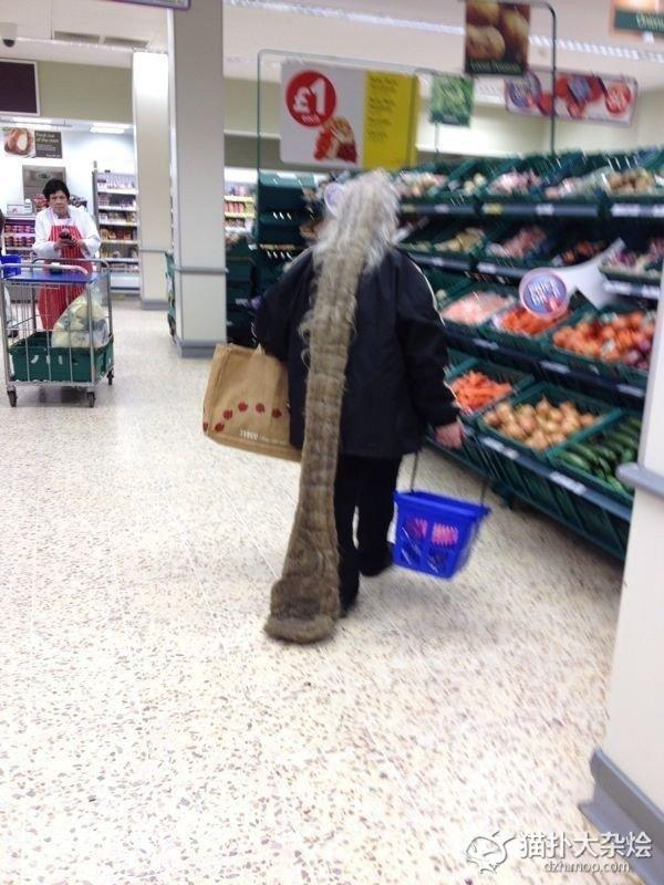 Đội ngũ nhân viên vệ sinh của siêu thị chắc hẳn sẽ thầm cảm ơn người phụ nữ này.