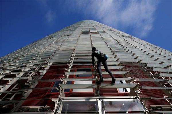 Alain Robertkhông cần dùng bất kì dụng cụ hỗ trợ nào để leo tháp.