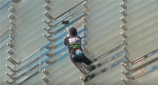 Trong khi đang leo tới lưng chừng thápTorre Agbar, ông dừng lại và giơ điện thoại lên selfie.