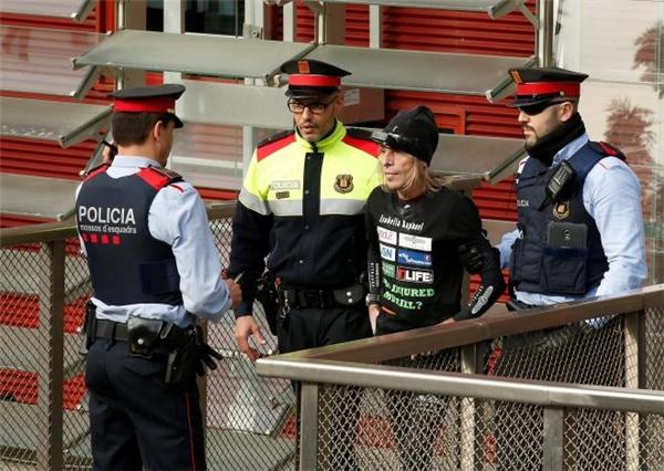 Cảnh sát luôn lăm le đợi để bắt ông. Thế nhưng, họ không có lí do gì để buộc tội Alain.