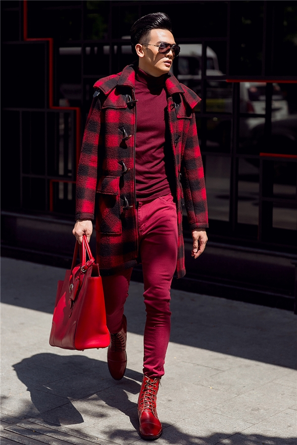 Với cả cây đỏ, Lê Xuân Tiền nổi bật trên phố Sài Gòn khi kết hợp quần skinny ôm sát, áo phông cổ lọ cùng măng tô dáng dài họa tiết caro. Tổng thể càng ấn tượng hơn với giày da đồng điệu, túi xách hàng hiệu. Thiết kế to bản phù hợp với sắc vóc nổi trội của Lê Xuân Tiền với chiều cao 1m85, thân hình vạm vỡ.