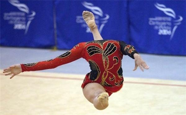 Trông cứ như nữ vận động viên này không có đầu vậy.