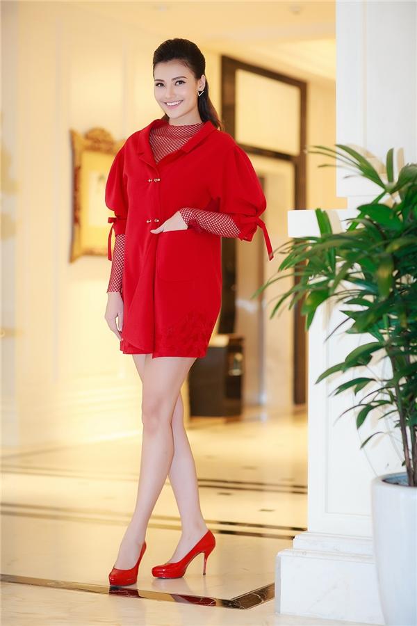 Khi tham gia chương trình, Hồng Quế khiến không ít người bất ngờ về vóc dáng thon gọn như thuở son rỗi. Cô diện bộ trang phục đỏ rực của nhà thiết kế Xuân Lê, khoe chân dài miên man.