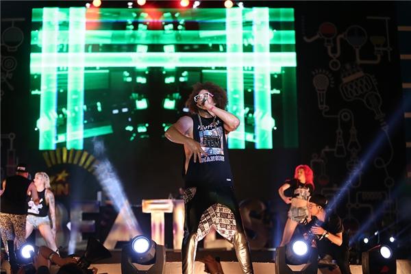Nam ca sĩ chiếm trọn cảm tình của khán giả bởi phong cách trình diễn bùng nổ và khả năng khuấy động đám đông đặc biệt.