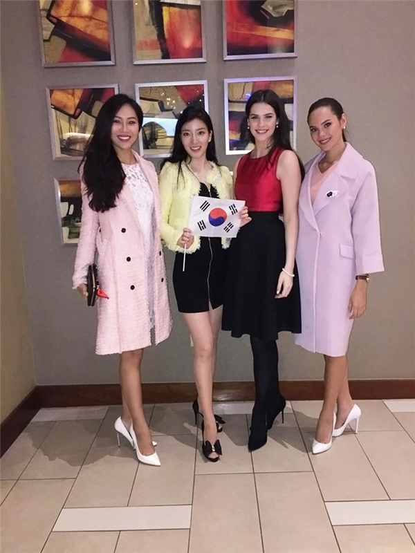 Hoa hậu Ireland: Niamh Kennedy (váy đỏ đen, cao 1m80), Hoa hậu Hàn Quốc: Hyun Wang (1m77), Hoa hậu Philippines: Catriona Elisa Gray (áo khoác hồng, 1m80).