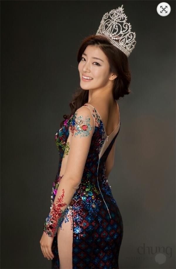 """""""Hoa hậu Hàn Quốc Hyun Wang rất xinh, thân thiện, có làn da trắng rất thu hút. Phong thái thì vô cùng nền nã, nhã nhặn. Ngọc và cô ấy trò chuyện rất nhiều về chuyến bay sang Mỹ lần này. Hyun WANG cho biết cô vô cùng ấn tượng với khán giả, ẩm thực Việt Nam trong một lần sang tham dự sự kiện""""."""
