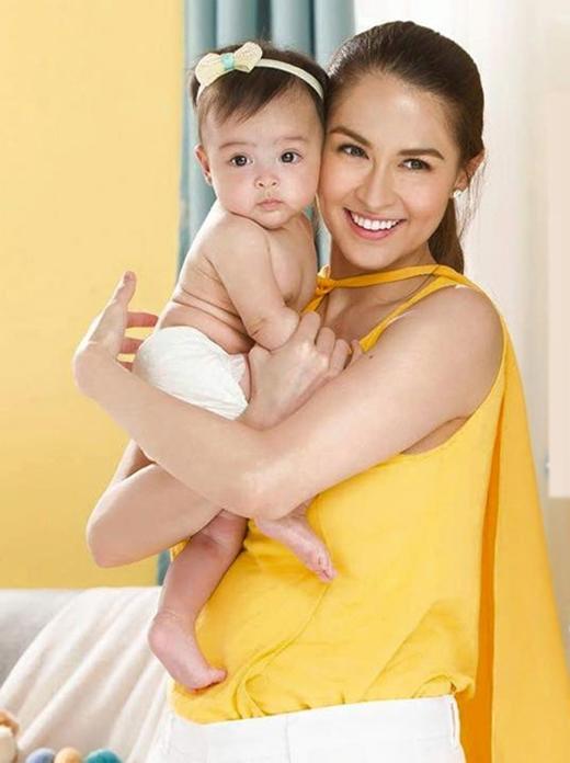 Nhờ vẻ ngoài xinh xắn Zia được nhiều người thương mến. Hình ảnh của bé được mẹ đăng tải cũng thu hút nhiều lượt thích và chia sẻ.