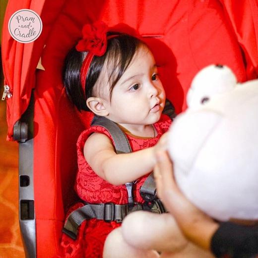 Vừa qua Zia được bố mẹMarian Rivera và Dingdong Dantes tổ chức tiệc sinh nhật tròn 1 tuổi. Cô bé mặt bộ đầm đỏ nổi bật.