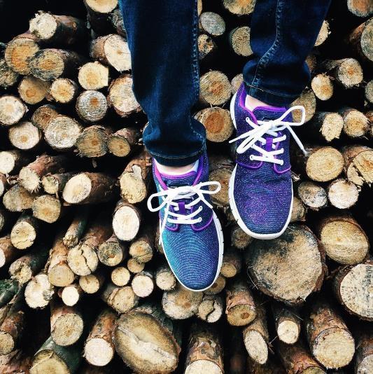 Để chụp kiểu ảnh này, bạn chỉ việc xỏ đôi giày yêu thích của mình và chụp từ trên xuống dưới.