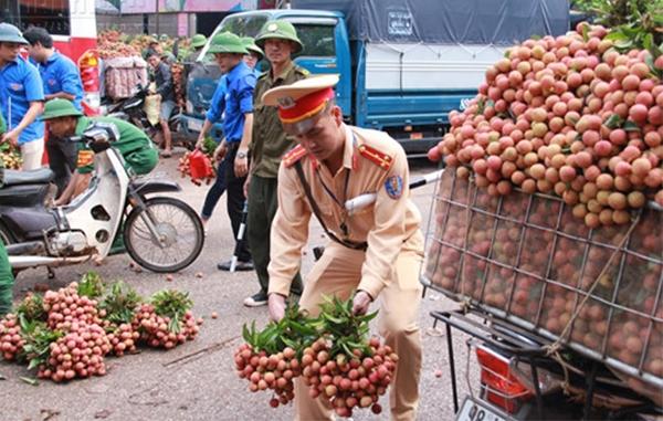 Cảm kích hành động của chiến sĩ CSGT giữa đường phố Hà Nội