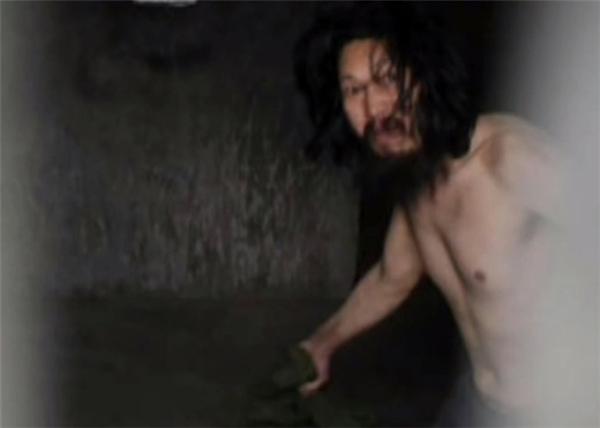 Người đàn ông bị chính cha đẻ nhốt trong nhà kho suốt 10 năm trời.