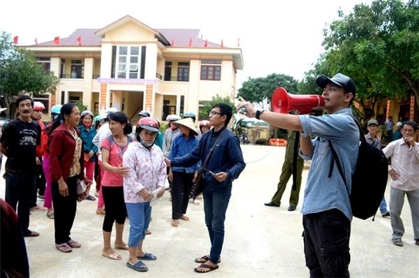 Trong đợt lũ lụt kinh hoàng vừa qua tại miền Trung, Phan Anh đã liên tục có những việc làm tích cực để giúp đỡ người dân, không quản ngại xa xôi, hiểm trở để tìm đến từng gia đình và hỗ trợ. - Tin sao Viet - Tin tuc sao Viet - Scandal sao Viet - Tin tuc cua Sao - Tin cua Sao
