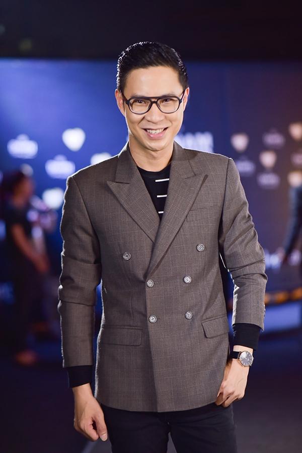 Trương Quỳnh Anh ân cần chăm sóc cho Tim trên thảm đỏ
