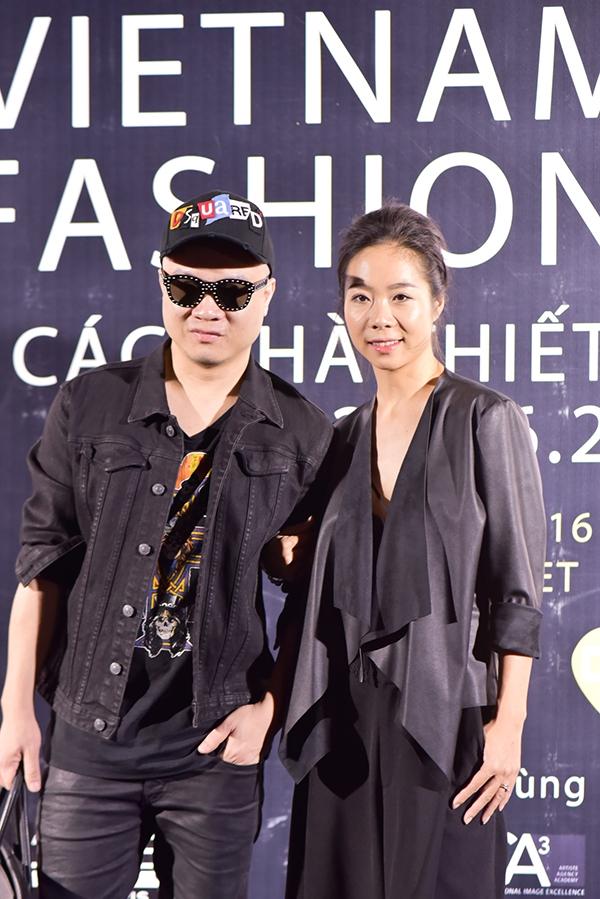 """Nhà thiết kế Đỗ Mạnh Cường vẫn diện """"cây đen"""" quen thuộc. Vào ngày 9/12 tới đây, nhà thiết kế 8X sẽ trình làng bộ sưu tập Thu - Đông 2016 với tên gọi Huyền thoại những chiếc đầm đen."""