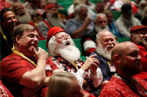 Các học viên sẽ được dạy về lịch sử ra đời của ông già Noel nhằm truyền tới các bạn nhỏ không khí chân thực nhất của lễ Giáng Sinh. Bên cạnh đó, họ còn học làm đồ chơi và tìm hiểu thói quên của tuần lộc. Ở ngôi trường đặc biệt này, các mẫu đồ chơi mới nhất trên thị trường đều được cập nhật thường xuyên.