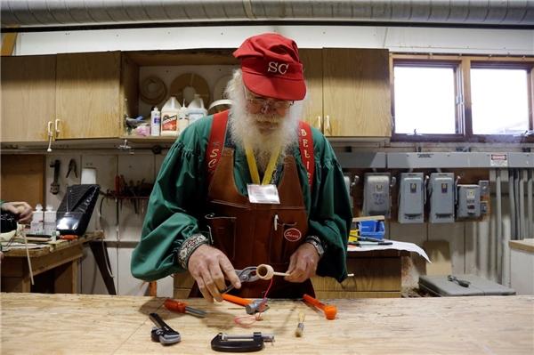 """Theo truyền thuyết xưa, các yêu tinh phụ trách công việc tạo ra đồ chơi cho trẻ em. Tuy nhiên, các ông già tuyết ở vùng Michigan sẽ được học cách làm đồ chơi bằng gỗ để tạo nên linh hồn cho ngày lễ. Có lẽ vì thế nên Randy Schneider đã gọi nơi đây là """"Harvard của các ông già Noel"""""""