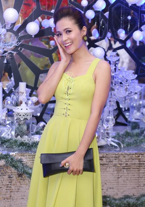 Nữ diễn viên Thùy Trang tạo dáng nhí nhảnh trong tiệc cưới. - Tin sao Viet - Tin tuc sao Viet - Scandal sao Viet - Tin tuc cua Sao - Tin cua Sao