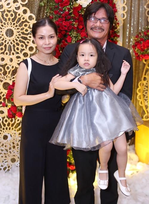 Nghệ sĩ - đạo diễn Công Ninh đưa vợ và con gái đến tham dự đám cưới Thiên Bảo. - Tin sao Viet - Tin tuc sao Viet - Scandal sao Viet - Tin tuc cua Sao - Tin cua Sao