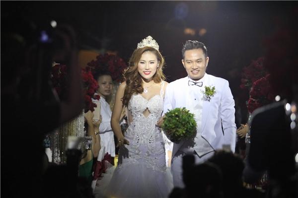 Nụ cười rạng rỡ của cô dâu và chú rể khi tiến lên sân khấu thực hiện nghi thức cưới. - Tin sao Viet - Tin tuc sao Viet - Scandal sao Viet - Tin tuc cua Sao - Tin cua Sao