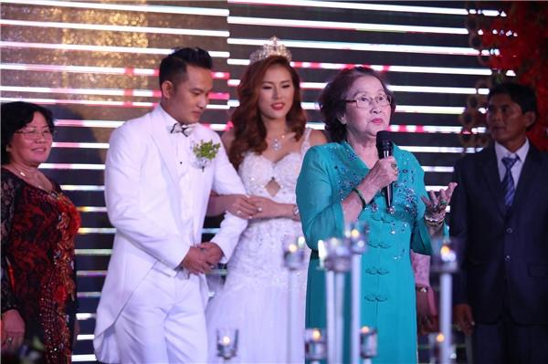 Ngoài dàn khách mời nổi tiếng, đám cưới Thiên Bảo - Kim Yến còn vinh dự có sự hiện diện của bố mẹ danh hài Hoài Linhvừa từ Mỹ bay về để làm chủ hôn cho cô dâu và chú rể. - Tin sao Viet - Tin tuc sao Viet - Scandal sao Viet - Tin tuc cua Sao - Tin cua Sao