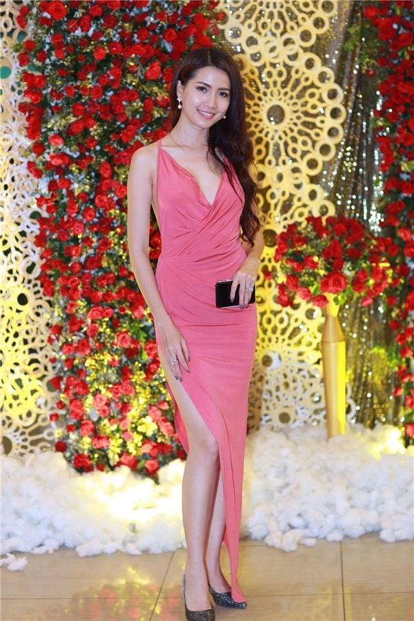 Người đẹp Phan Thị Mơ gợi cảm với váy xẻ cao, khoét ngực sâu để lộ vòng một lấp ló. - Tin sao Viet - Tin tuc sao Viet - Scandal sao Viet - Tin tuc cua Sao - Tin cua Sao