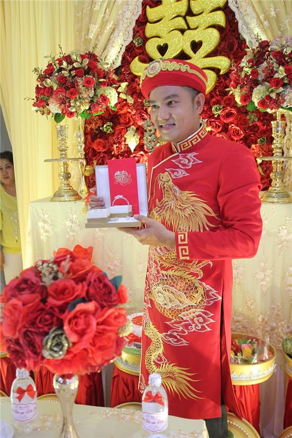 Chú rể Thiên Bảo háo hức khoe sính lễ trong buổi xin dâu tại nhà gái. - Tin sao Viet - Tin tuc sao Viet - Scandal sao Viet - Tin tuc cua Sao - Tin cua Sao