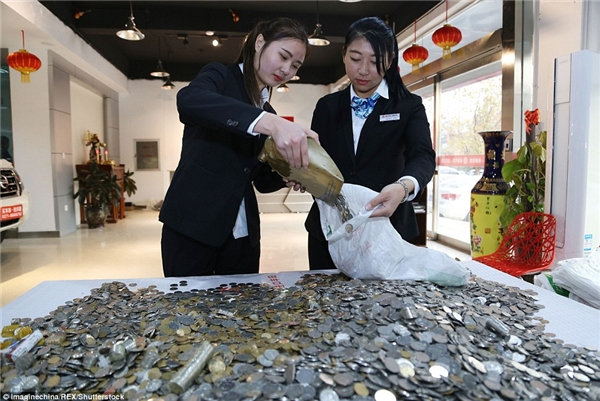 Nhìn thấy cả núi tiền xu được đưa đến, nhân viên của cửa hàng Toyota đã không giấu được vẻ ngạc nhiên.