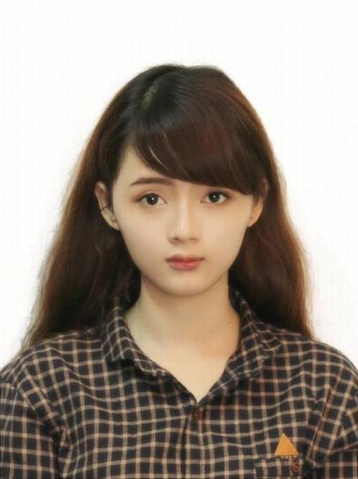 """Nickname quen thuộc của cô là """"hot girl ảnh thẻ"""", tênđầy đủ là Lý Lê Lan Hương. Cô khiến không ít chàng trai tan chảy với nhan sắc giống như búp bêđôi mắt to tròn, khuôn mặt xinh xắn của mình."""
