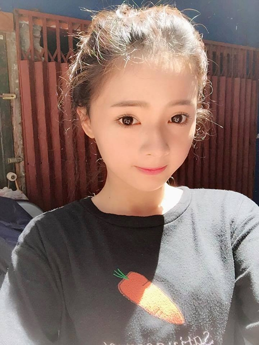 Vẻ ngoài đáng yêu giúp Lan Hương trông giống như một nữ sinh cấp 3 chứ không phải là một cô gái đã 23 tuổi.