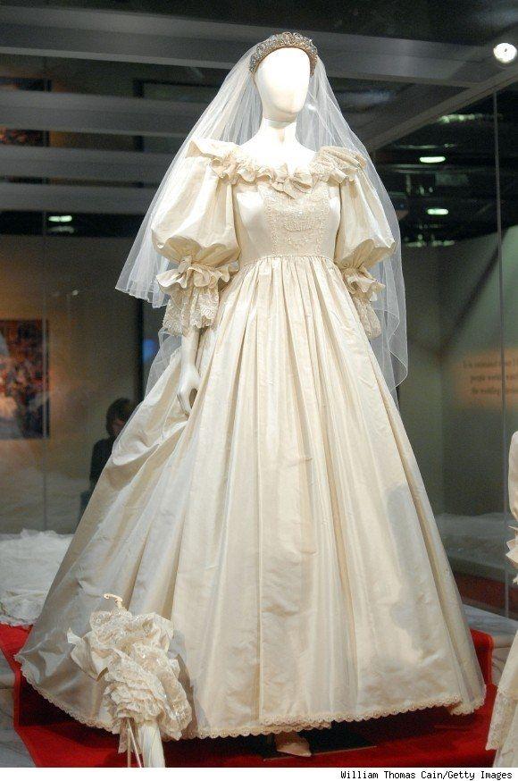 Ngày 29/7/1981, công nương Diana đã khiến hơn 750 triệu người choáng ngợp khi xuất hiện trong hôn lễ với vẻ ngoài lộng lẫy. Cô diện chiếc váy phồng xòe trị giá khoảng 3,4 tỷ đồng. Bộ váy phản ánh đúng xu hướng thời trang những năm 1980. Từ đó cho đến những năm 2000, kiểu váy tay phồng, dáng xòe này vẫn còn rất thịnh hành trên thế giới. Điều này minh chứng được sức hút tron phong cách thời trang của công nương Diana - một biểu tượng về vẻ đẹp thanh lịch, sang trọng của phụ nữ.