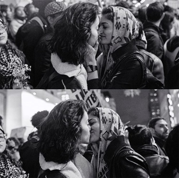 Nụ hôn vẫn ngọt giữa đêm hỗn loạn.(Ảnh: Internet)