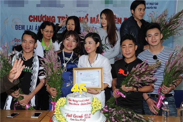 Đây là lần thứ hai nữ diễn viêntrở lại Lâm Đồng cùng nhiều bạn bè thân thiết, các nhà hảo tâm. - Tin sao Viet - Tin tuc sao Viet - Scandal sao Viet - Tin tuc cua Sao - Tin cua Sao
