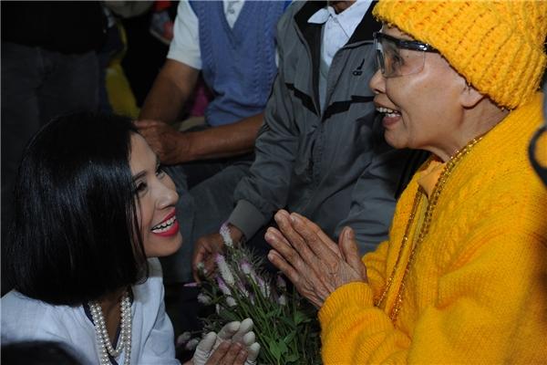 Cảm động trước hành động ý nghĩa của Việt Trinh trong ngày sinh nhật - Tin sao Viet - Tin tuc sao Viet - Scandal sao Viet - Tin tuc cua Sao - Tin cua Sao