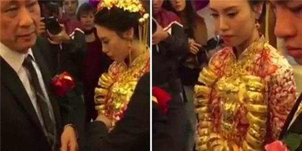 Suốt đoạn video có thể thấy gương mặt cô dâu luôn đượm buồn, chứa đựng nhiều tâm sự. Chỉ mãi đến cuối, cô mới nở nụ cười trên môi.