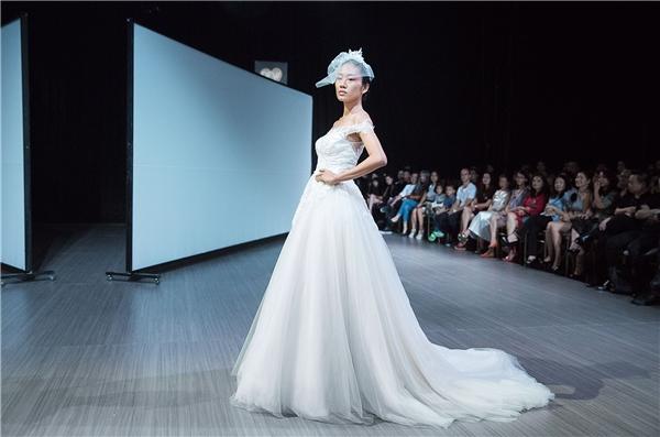 20 mẫu váy cưới tinh khôi lần lượt ra mắt được làm trên chất liệu quen thuộc và chuyên biệt sử dụng trong thiết kế váy cưới như: silk gazar, satin, lace, taffeta, tulle... Các mẫu thiết kế nhẹ nhàng, bay bổng như không khí, làm người mặc không cảm thấy gò bó, nặng nề của lễ phục thường thấy.