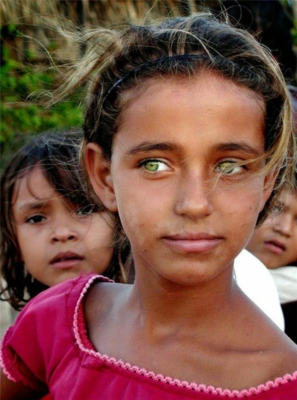Đôi mắt xanh lá khiến bé gái này nổi bật hơn hẳn so với các bạn.