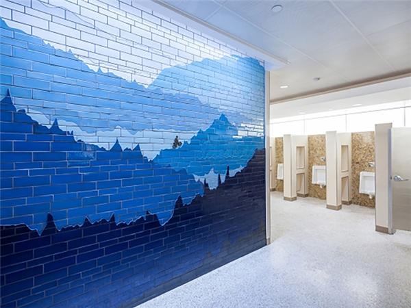 Cửa vào của mỗi khu nhà vệ sinh tại đây đều được trang trí bằng một bức tranh nghệ thuật bằng khảm, mô phỏng những phong cảnh thiên nhiên khác nhau ở Minnesota.