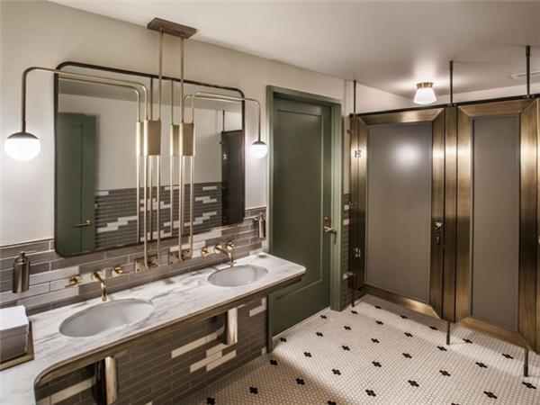 Nhà vệ sinh tại nhà hàng Swift & Sons ở Chicago lấy cảm hứng từ các câu lạc bộ dành cho quý ông ở thế kỷ trước với sàn nhà và tường được lát gạch cổ điển, thiết kế retro, cửa bằng đồng thau, bồn rửa bằng đá cẩm thạch.