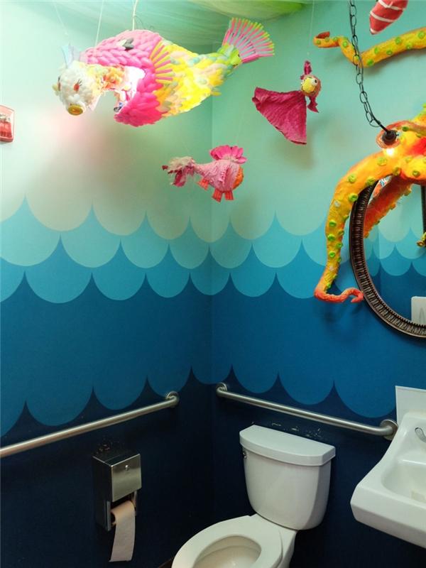 Trong khi đó, nhà vệ sinh tại tiệm kem The Charmery ở Baltimore, Maryland thì lại được trang trí vô cùng sặc sỡ với gam màu xanh chủ đạo, tạo cảm giác giống như đang dạo chơi trong lòng biển.