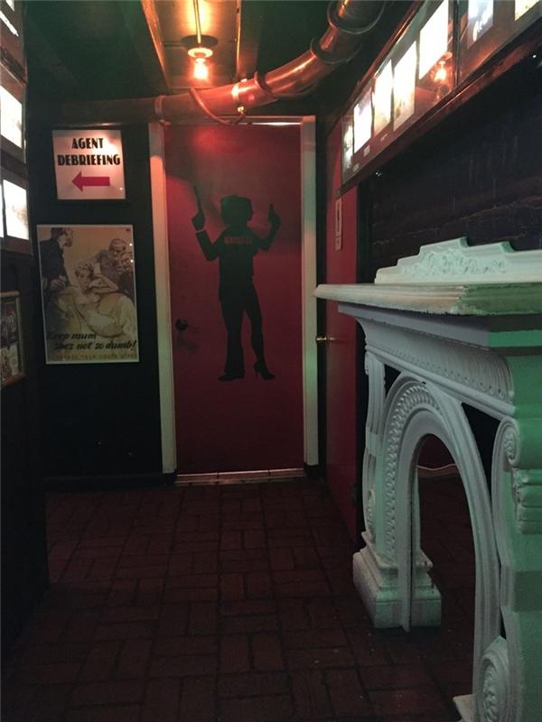 Còn nếu đi ăn tại nhà hàng kiêm quán bar Safe House ở Milwaukee, Wisconsin, có lẽ bạn không nên đợi đến lúc nhịn hết nổi mới chịu đi vì để đến được nơi cần đến, bạn phải băng qua một loạt những mê cung và những cánh cửa lừa đảo mà đằng sau đó chỉ là những bức tường gạch.
