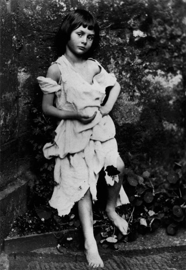 Cô bé này là Alice Liddell, niềm cảm hứng để Lewis Caroll chắp bút cho một trong những cuốn tiểu thuyết nổi tiếng nhất mọi thời đại, Alice's Adventures in Wonderland.