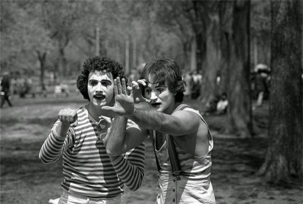 Chàng diễn viên khi đó cònvô danh Robin Williams (phải) đang biểu diễn tại công viên Central Park, New York, năm 1974.