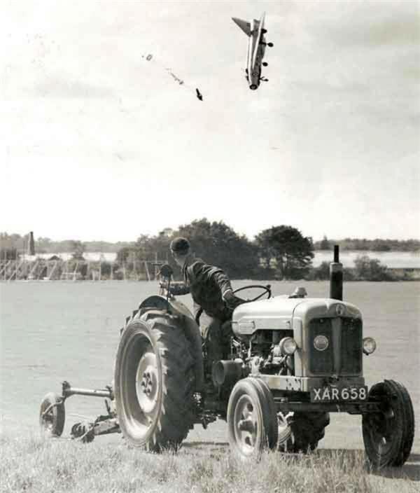 Phi công thử máy bay George Aird nhảy dù ra khỏi chiếc máy bay sau khi mất lái.