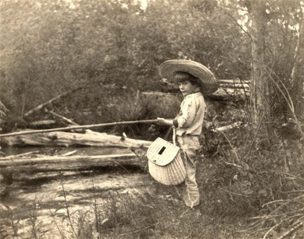 Cậu bé Ernest Hemingway đang câu cá, 1904.