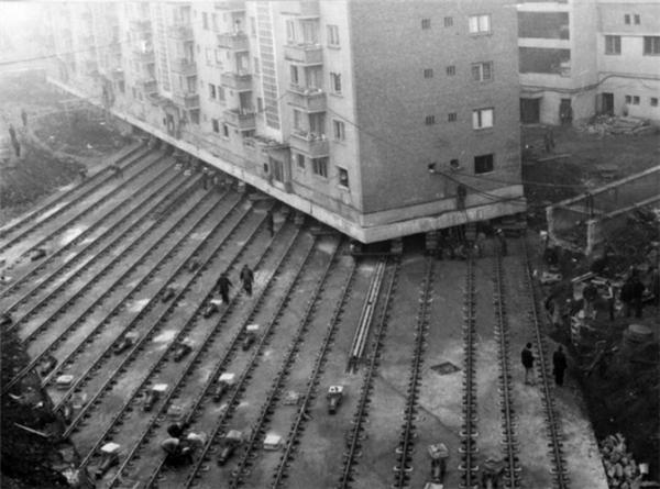 Đây là cách người ta di chuyển một tòa nhà cao tầng nặng 7.600 tấn đến vị trí mới để mở đường tại một con phố ở Alba Iulia, Romania, 1987.