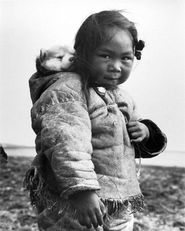Một bé gái người Eskimo cùng chú chó husky, 1949.