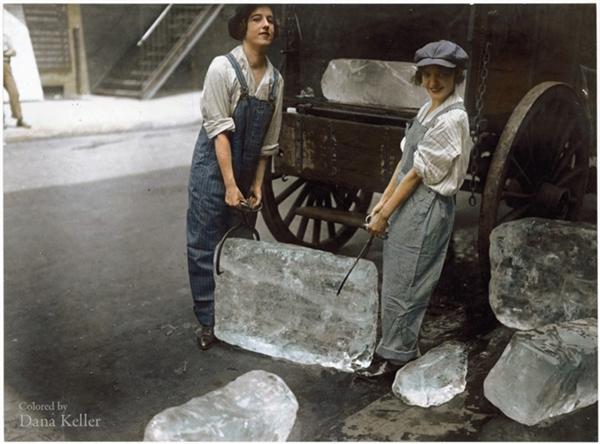 Hai cô gái vận chuyển nước đá, năm 1918.